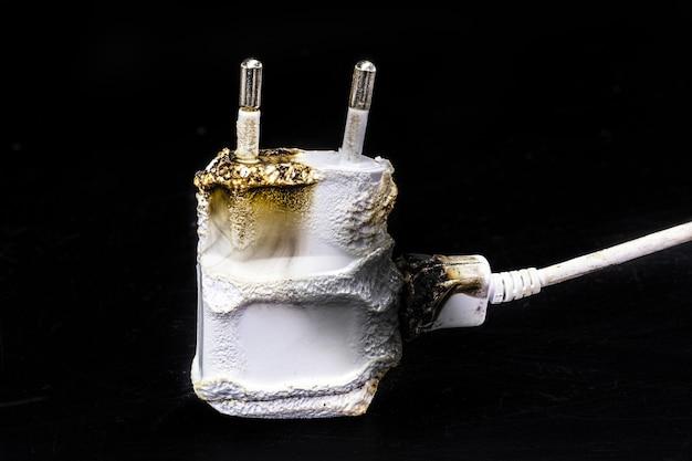 Chargeur de smartphone cassé, carbonisé après un court-circuit