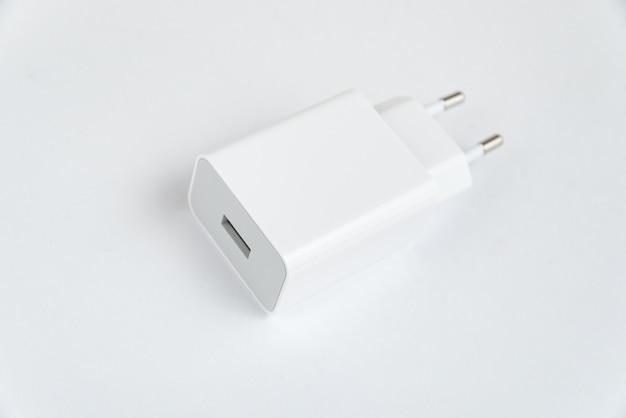 Chargeur de téléphone portable blanc sur fond blanc isolé