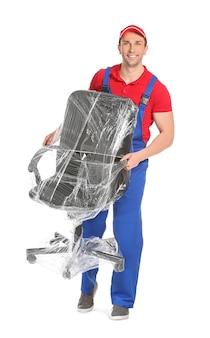 Chargeur transportant des meubles. livreur