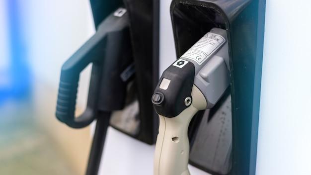 Chargeur de voiture électrique avec deux pistolets branchés