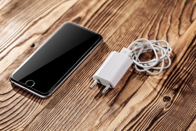 Chargeurs de téléphone par câble sur fond de bois