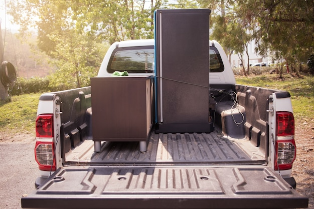 Chargez le camion le matin, le déménagement de la famille.