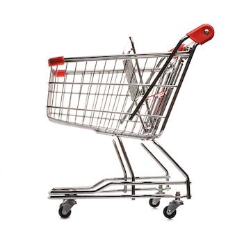 Chariot d'achat matal rouge isolé sur fond blanc