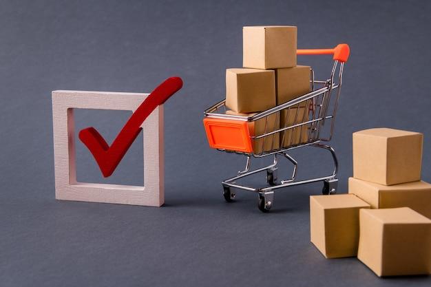 Chariot de centre commercial transportant des objets dans des boîtes livrant la commande cadre correct