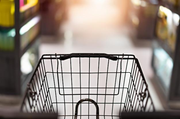Chariot chariot sur abstrait supermarché