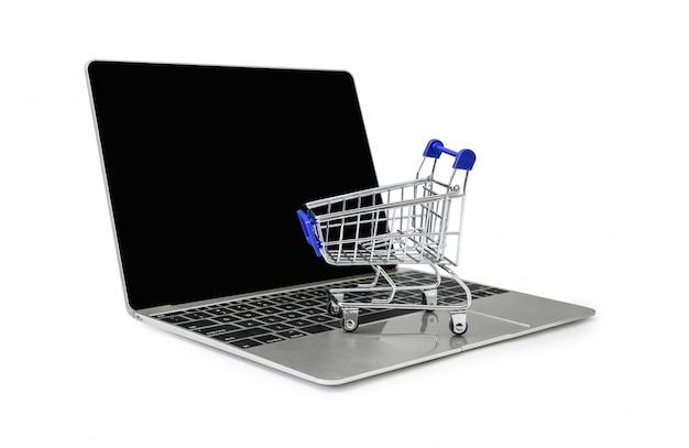 Un chariot sur un clavier d'ordinateur portable sur fond blanc avec un tracé de détourage