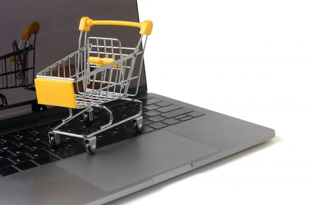 Chariot sur un clavier d'ordinateur portable isolé sur blanc