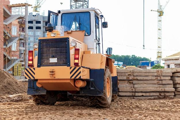 Un chariot élévateur sur un chantier de construction soulève une dalle en béton armé. machine de chantier. industrie.