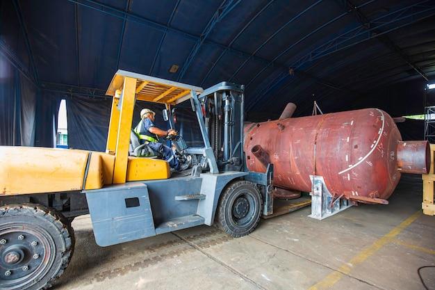 Le chariot élévateur horizontal de voiture de réservoir de vapeur de barils de pétrole soulève le navire de barils de pétrole et de gaz