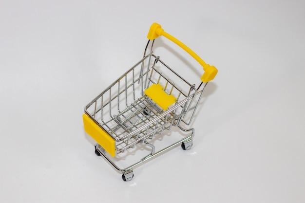Chariot de jouet jaune sur fond isolé blanc
