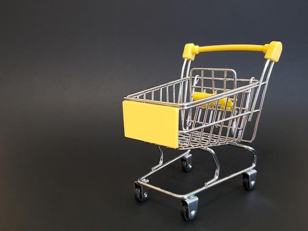 Chariot de jouet jaune sur fond isolé noir avec maquette