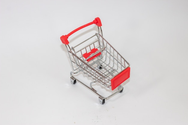 Chariot de jouet rouge sur fond isolé blanc
