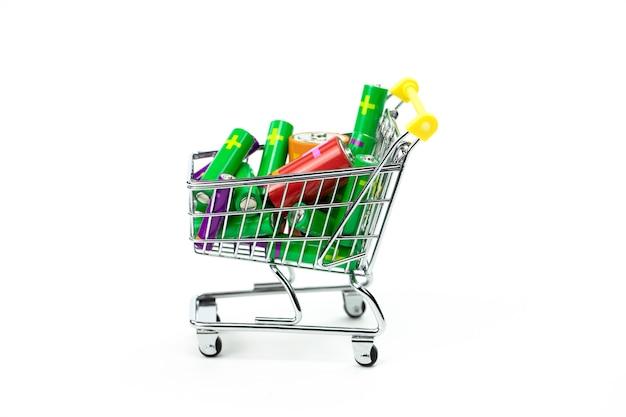 Chariot à jouets de supermarché plein de batteries colorées isolated on white