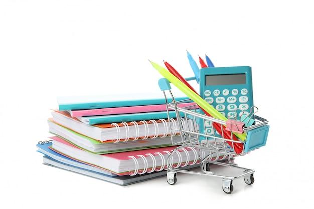 Chariot de magasin avec papeterie et cahiers isolé sur blanc