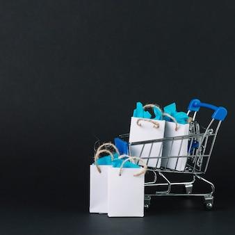Chariot de magasinage de jouets avec des cadeaux en paquets