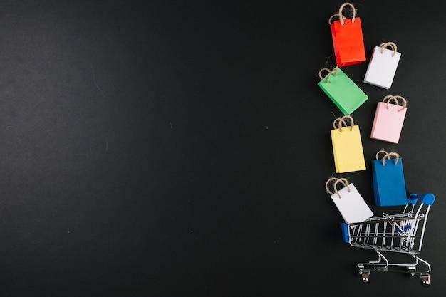 Chariot de magasinage de jouets avec des paquets colorés