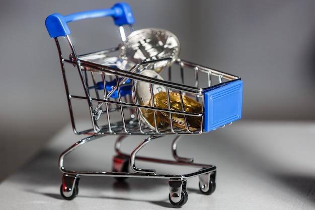 Chariot de magasinage pour les achats avec des bitcoins. crypto monnaie bitcoin