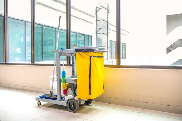 Le chariot des outils de nettoyage attend le nettoyage
