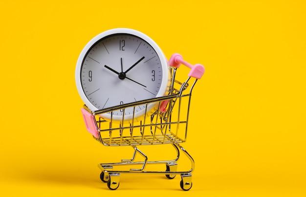 Chariot de supermarché avec horloge sur jaune