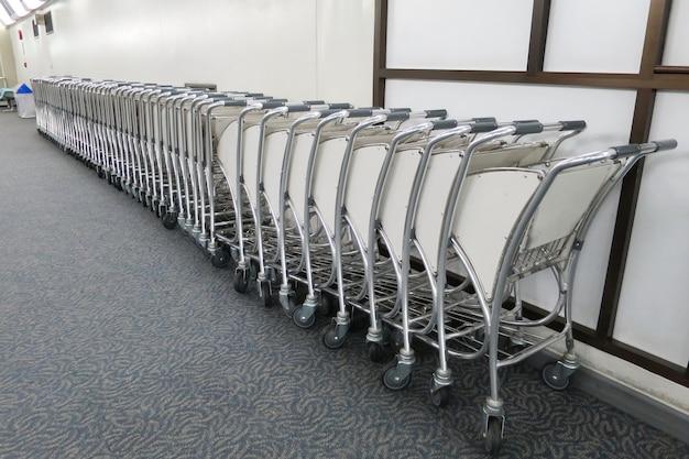 Des chariots à bagages, ou des chariots à bagages, d'affilée à l'aéroport.