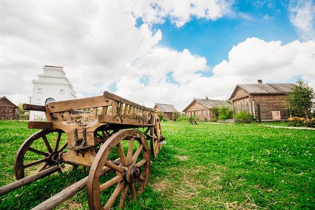Chariots en bois de la campagne sur fond de ciel et nuage