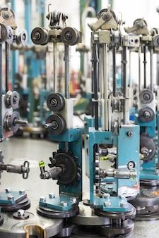 Chariots de la machine à tresser. un mécanisme complexe pour le tissage. mise au point sélective.
