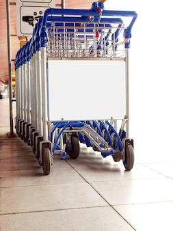 Chariots de supermarché en parking