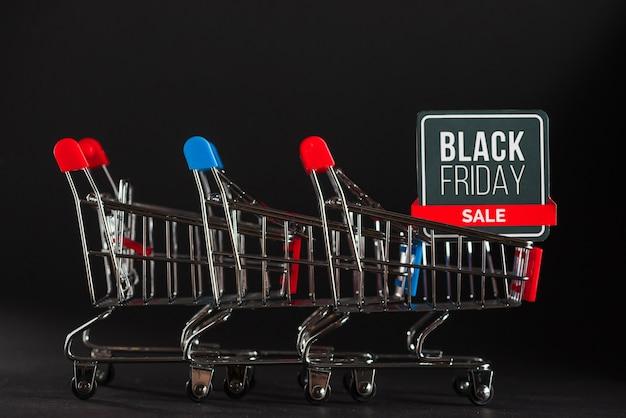 Chariots de supermarché vides avec étiquette de vente
