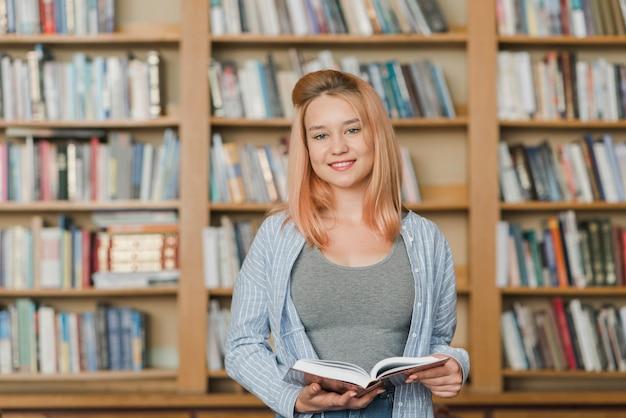Charmant adolescent avec livre