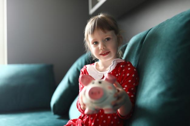 Charmant bambin sur canapé