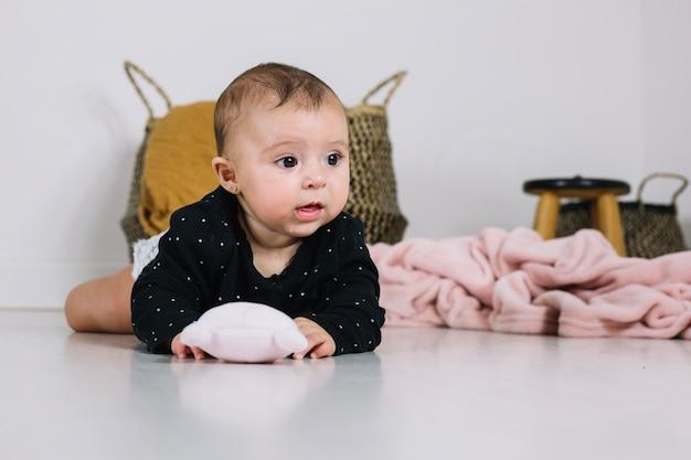 Charmant bébé avec jouet