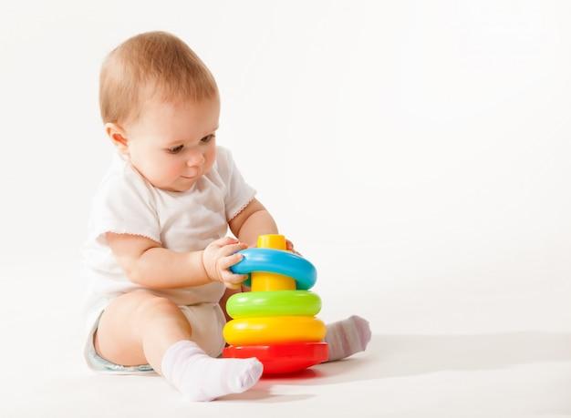 Charmant bébé mignon en salopette blanche