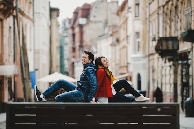 Le charmant couple amoureux assis sur le banc
