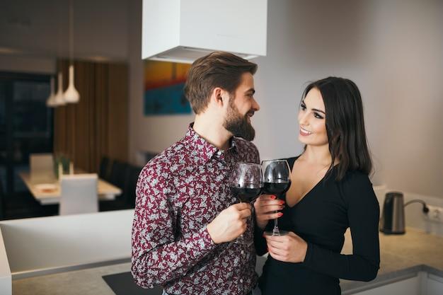 Charmant couple appréciant le vin et l'autre
