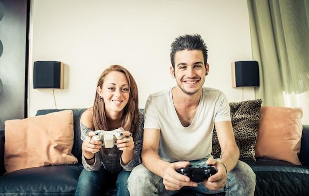 Charmant couple jouant au jeu vidéo