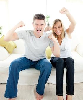 Charmant couple qui frappe l'air