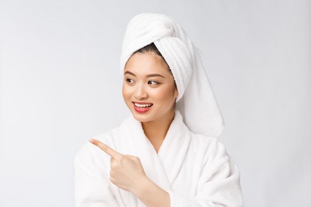 Charmant doigt pointé belle jeune femme. belle fille séduisante obtient la surprise, le bonheur et aime un produit, une marque, un service.