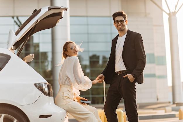 Charmant homme et femme à lunettes regardent à l'avant