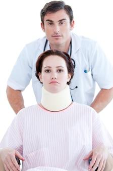 Charmant infirmier avec son patient sur un fauteuil roulant