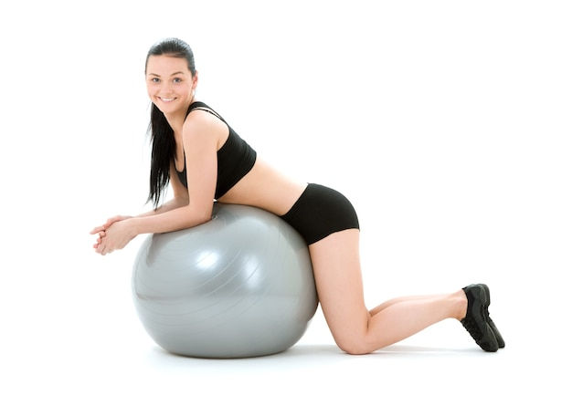 Charmant instructeur de fitness avec ballon de pilates