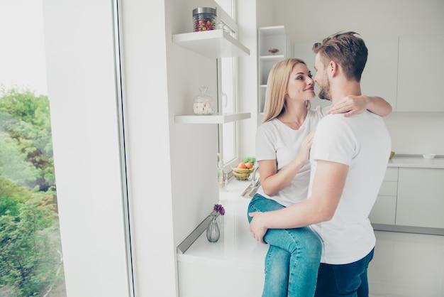Charmant jeune couple posant ensemble à l'intérieur