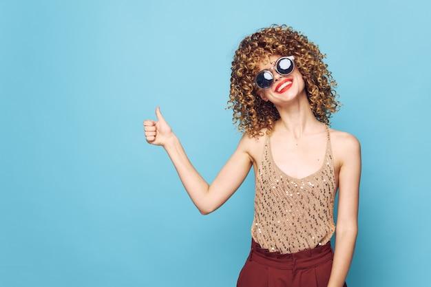 Charmant modèle sourire geste respectueux avec des lèvres rouges studio copy space charme mur isolé