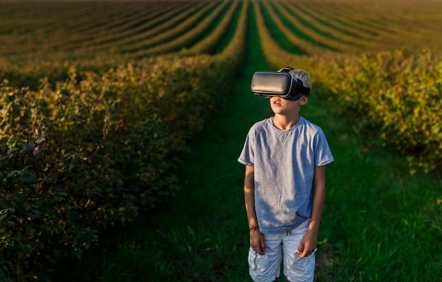 Charmant petit garçon s'amuse avec des lunettes de réalité virtuelle