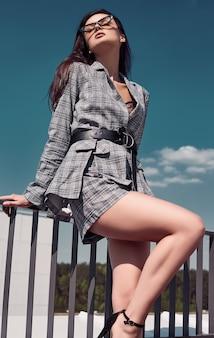 Charmante brune lumineuse vêtue d'un tailleur en laine à carreaux