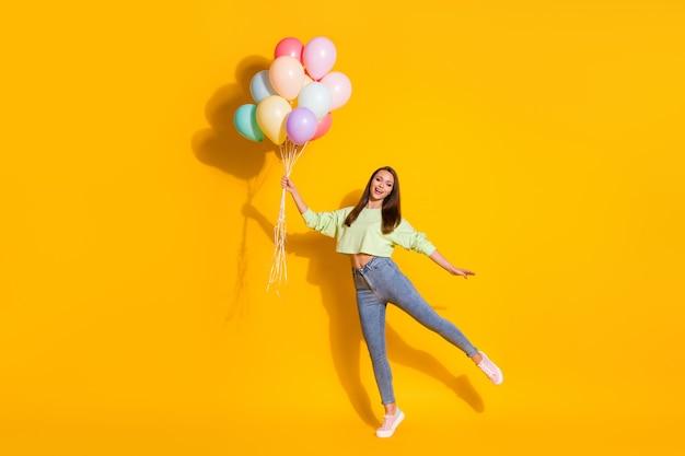 Charmante dame adolescente tenir des montgolfières célébrer joyeux anniversaire