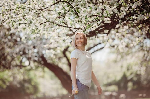 La charmante dame se tient dans le parc