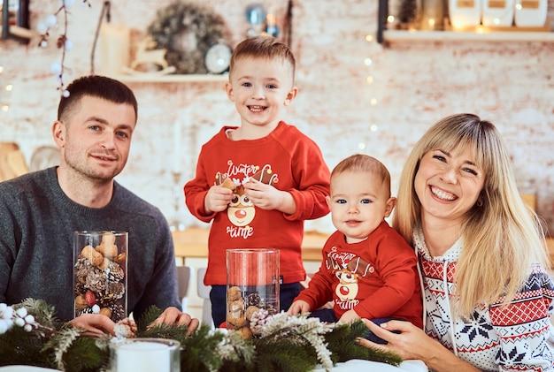 Charmante famille avec des fils très heureux