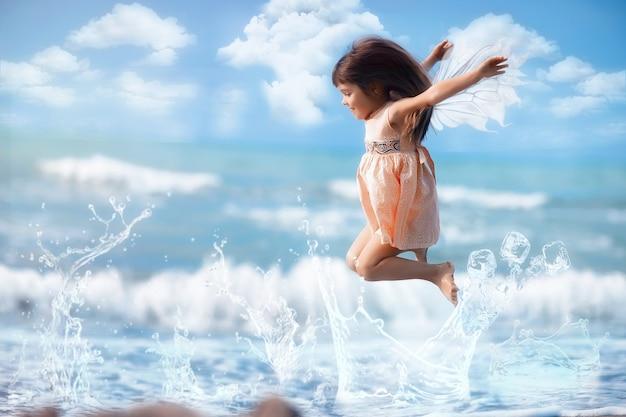 Charmante fée avec des ailes sautant sur l'eau