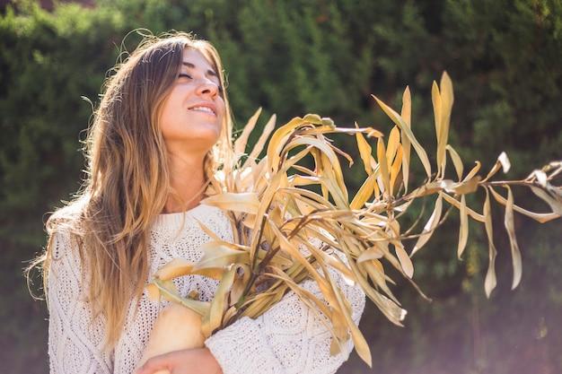 Charmante femme aux herbes sèches et à la moelle