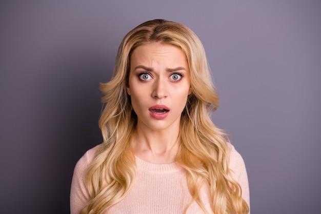 Charmante Femme Blonde Posant Contre Le Mur Violet Photo Premium